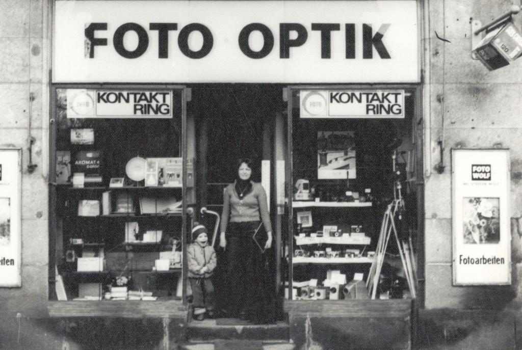 Eine historische Aufnahme zeigt Regina und Sohn Rico Wolf vor dem Geschäft - um 1980